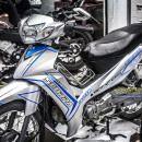 Tem xe Yamaha Sirius – 192 – Tem xe thiết kế Scorpa trắng xanh