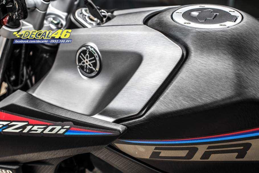 Tem xe FZ150i - Tem xe thiết kế nhôm xước đen nhám BMW