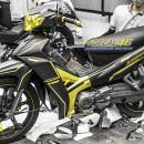 Tem xe Yamaha Sirius – 241 – Tem xe thiết kế Slider nhôm vàng đen